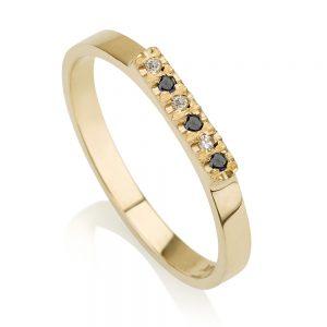 טבעת קלאסית בשילוב שיבוץ יהלומים לבנים ושחורים- זהב 14K